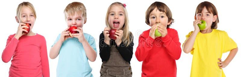 Gruppe Kinderkinder, die Apfelfruchtherbst-Fallgesundes lokalisiert auf Weiß essen stockbilder