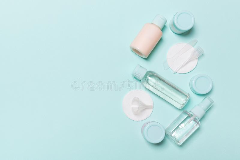 Gruppe kleine Flaschen für das Reisen auf blauen Hintergrund Kopieren Sie Raum f?r Ihre Ideen Flache gelegte Zusammensetzung von  stockfotografie