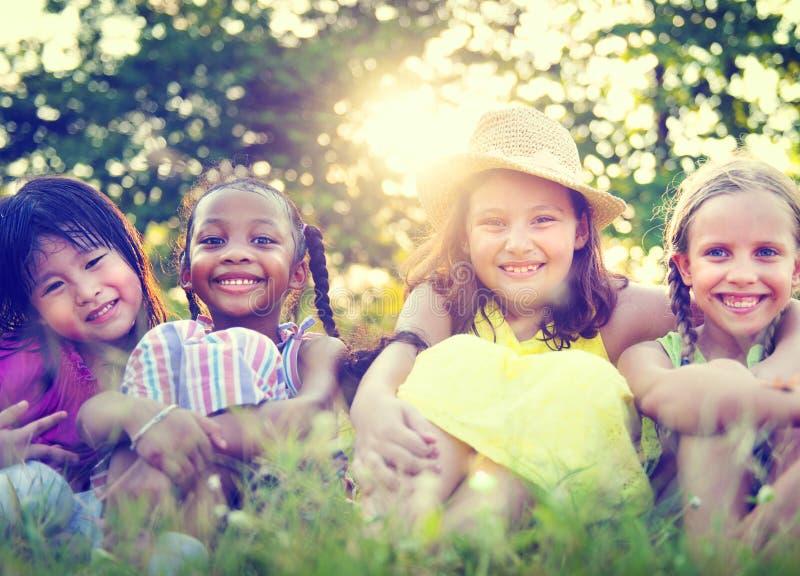 Gruppe kleine Mädchen-des lächelnden Park-Konzeptes lizenzfreies stockbild