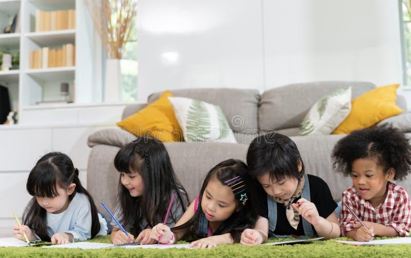 Gruppe kleines Vorschulkinderzeichenpapier mit Farbbleistiften Porträt des Kinderfreund-Ausbildungskonzeptes stockfotografie