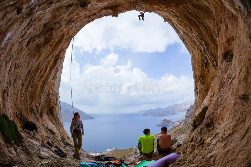 Gruppe Kletterer in der Höhle lizenzfreie stockfotografie