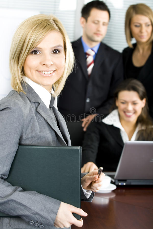 Gruppe Kollegen im Büro lizenzfreies stockbild