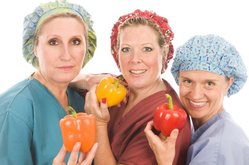Gruppe Krankenschwestern mit gesunden Obst und Gemüse lizenzfreie stockfotografie