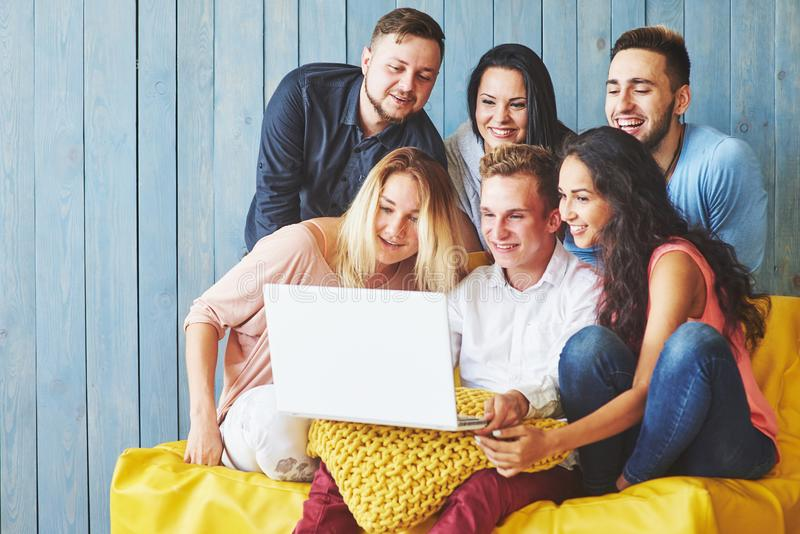Gruppe kreative junge Freunde, die Social Media-Konzept hängen Leute, die zusammen kreatives Projekt während der Arbeit bespreche stockbilder