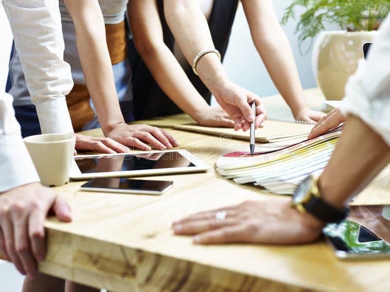 Gruppe kreative Leute, die auf Farbe entscheiden, entwerfen stockbilder