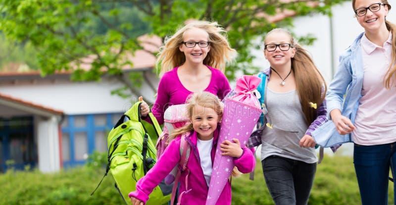 Gruppe Kursteilnehmer, die zurück zur Schule gehen stockbilder