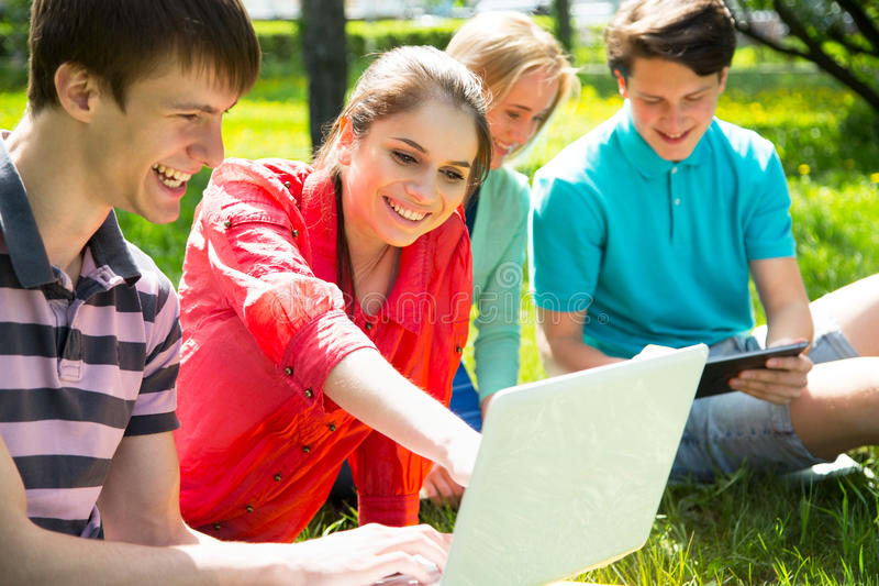 Gruppe Kursteilnehmer, die zusammen studieren lizenzfreies stockbild