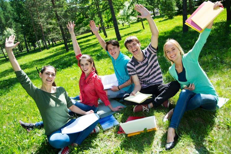 Gruppe Kursteilnehmer, die zusammen studieren stockfotos