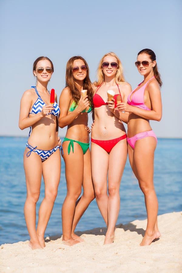 Gruppe Lächelnde Frauen, Die Eiscreme Auf Strand Essen Stockfoto - Bild von  strand, kalt: 43980688