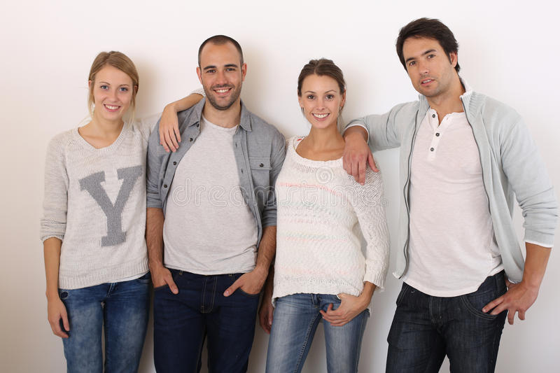Gruppe lächelnde Freunde lokalisiert stockbilder