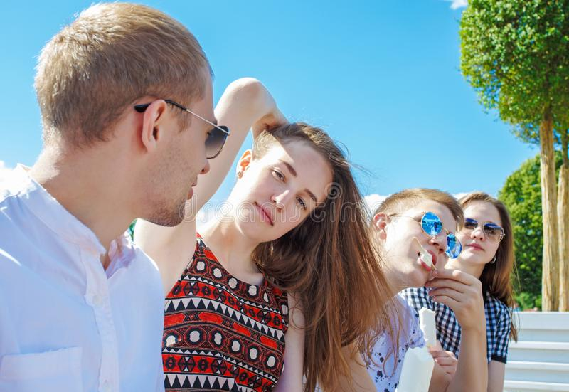 Gruppe lächelnde Freunde mit Eiscreme draußen stockfotografie