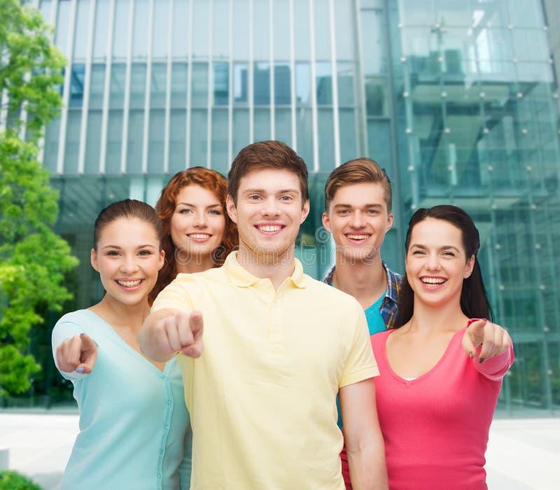 Gruppe lächelnde Jugendliche über Stadthintergrund stockfotos