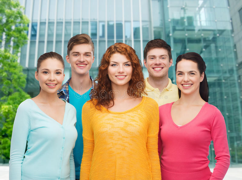 Gruppe lächelnde Jugendliche über Stadthintergrund stockfoto