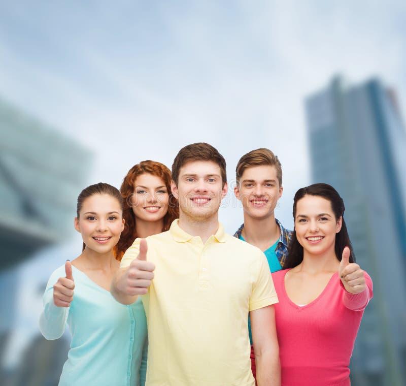Gruppe lächelnde Jugendliche über Stadthintergrund lizenzfreies stockbild