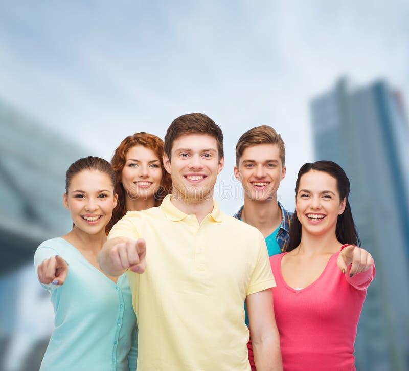 Gruppe lächelnde Jugendliche über Stadthintergrund stockbilder