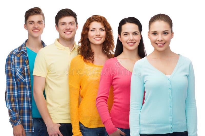 Gruppe lächelnde Jugendliche stockbild