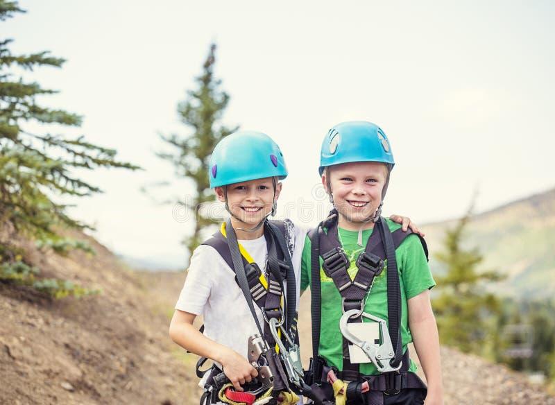 Gruppe lächelnde Kinder bereit, auf eine Ziplinie Abenteuer zu gehen lizenzfreie stockfotografie