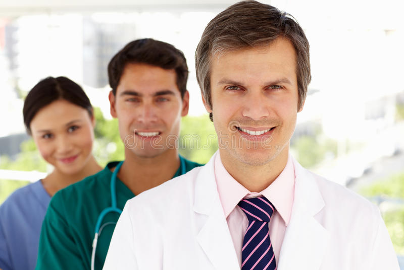 Gruppe lächelnde Krankenhausdoktoren lizenzfreies stockbild