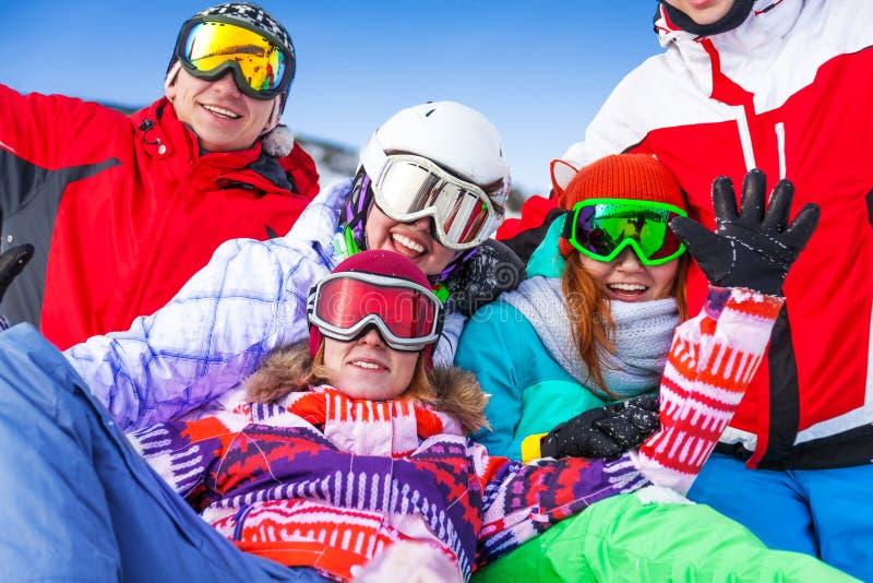 Gruppe lächelnde Snowboarder, die Spaß haben stockfotos