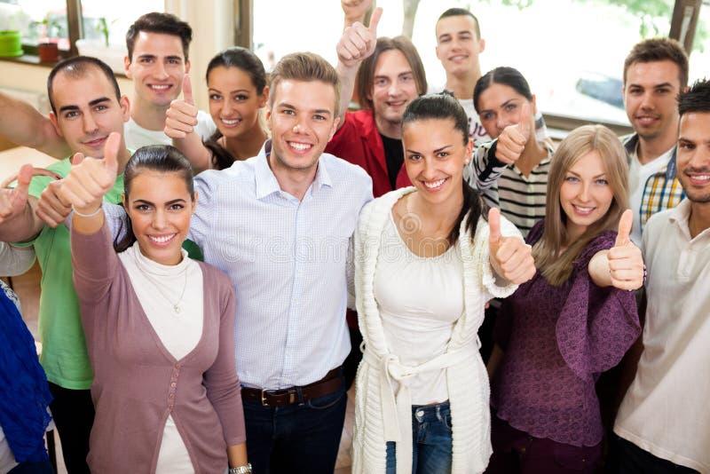 Gruppe lächelnde Studenten lizenzfreie stockfotografie