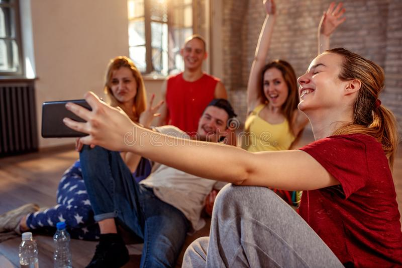 Gruppe lächelnde Tänzer, die selfie- Tanzen, Sport und städtisches nehmen stockbild