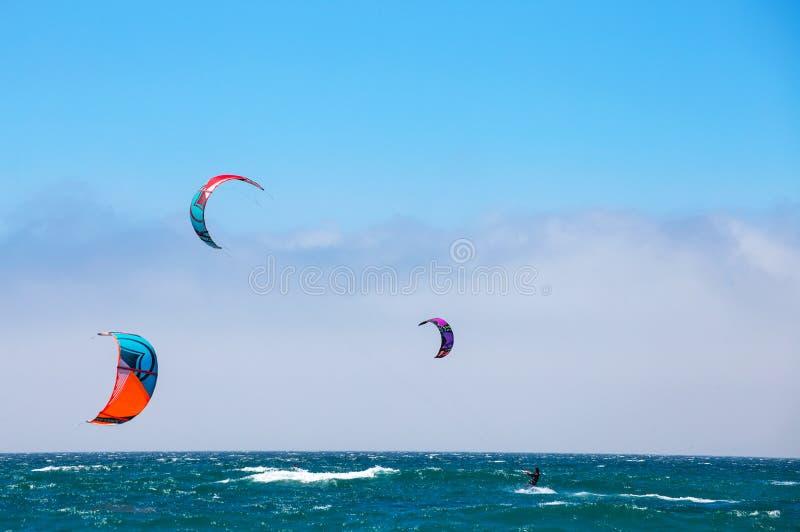 Gruppe Läufer an kitesurfing Wettbewerbssport in Cascais, Portugal, Europa lizenzfreies stockbild