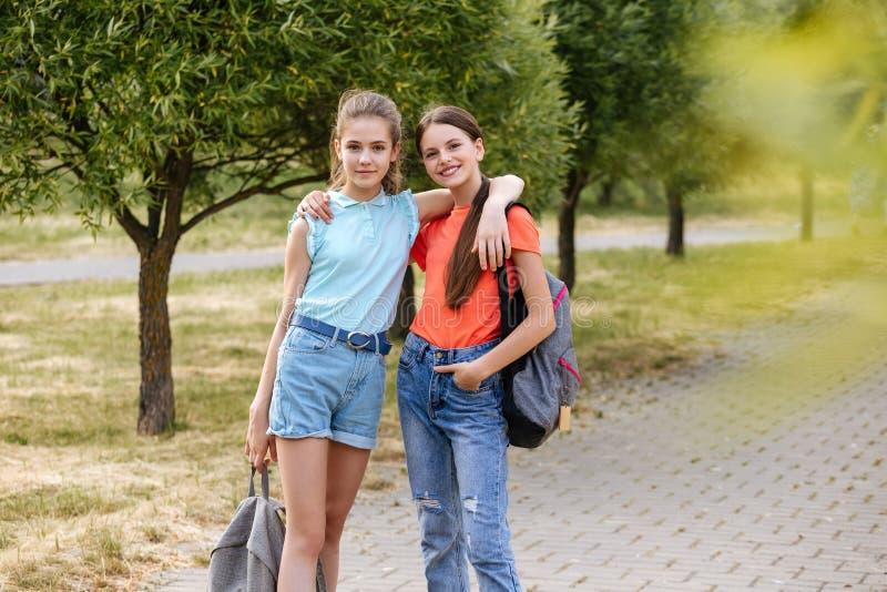 Gruppe lachende und umfassende Schulkinder lizenzfreies stockbild