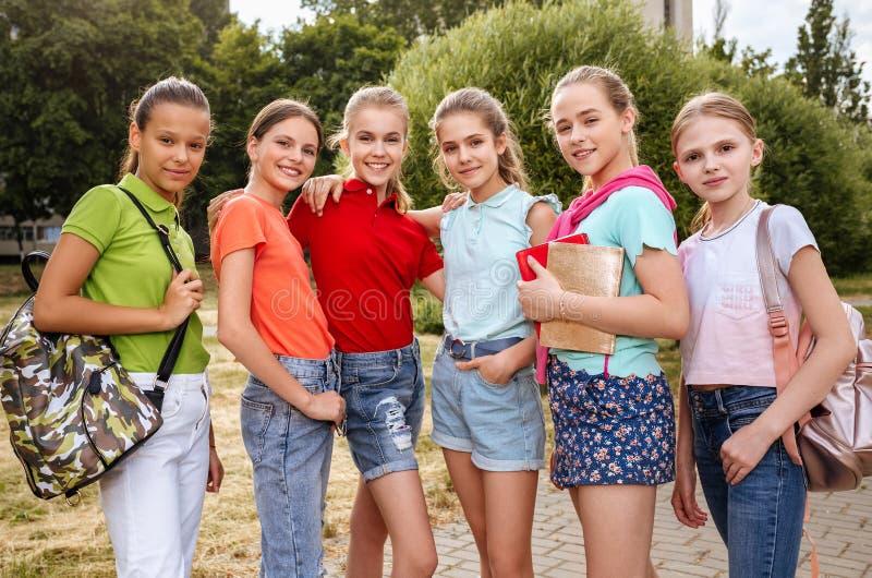 Gruppe lachende und umfassende Schulkinder stockfoto