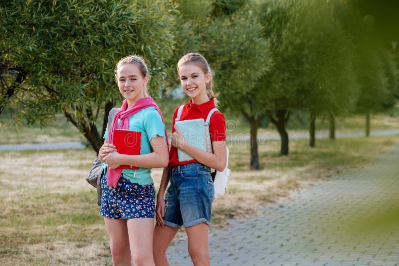 Gruppe lachende und umfassende Schulkinder lizenzfreie stockbilder