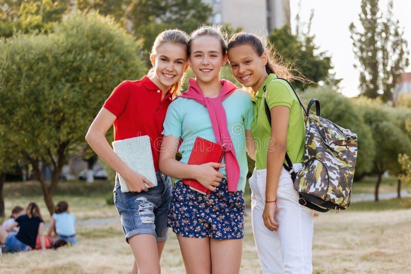 Gruppe lachende und umfassende Schulkinder lizenzfreies stockfoto