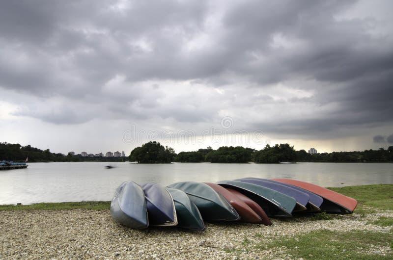 Gruppe leere Kajaks auf dem Ufer des Sees lizenzfreie stockfotos