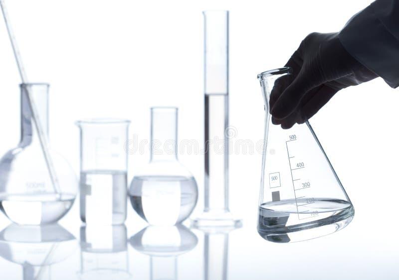 Gruppe leere klassische Laborflaschen lizenzfreies stockfoto
