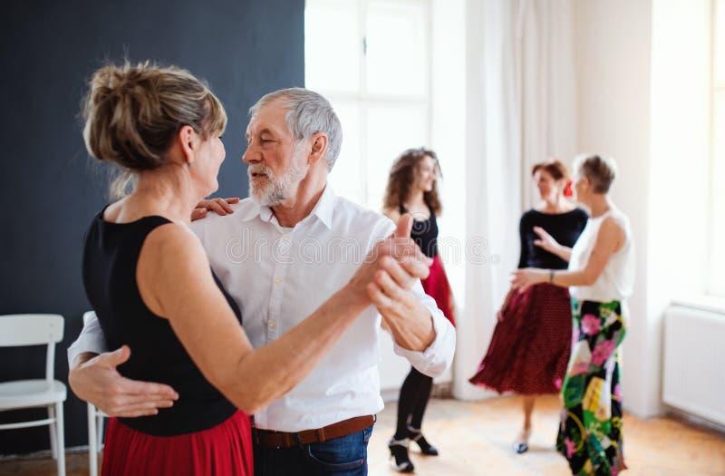 Gruppe ?ltere Leute in tanzender Klasse mit Tanzlehrer stockbild