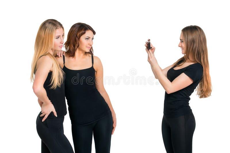 Gruppe Mädchen, die am Foto lokalisiert am Weiß aufwerfen stockbilder
