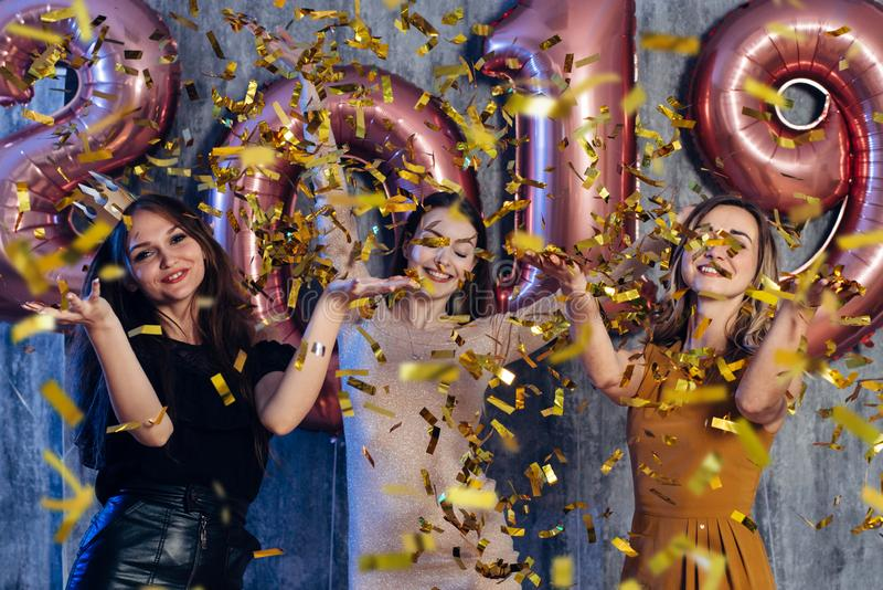 Gruppe Mädchen, die Spaß haben Partei des neuen Jahres Junge feiernde Frauen Weihnachten lizenzfreie stockbilder