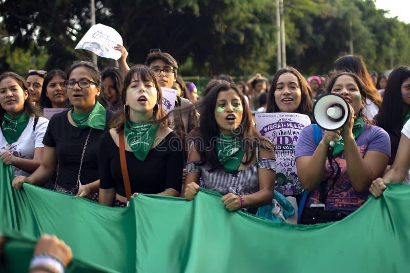 Gruppe Mädchen am Marsch für den Tag der Frau lizenzfreies stockbild