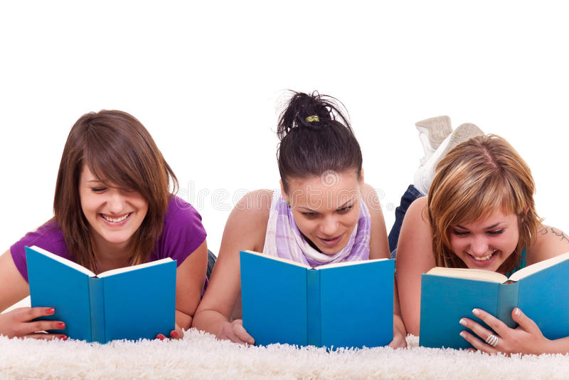 Gruppe Mädchenlesebücher lizenzfreie stockbilder