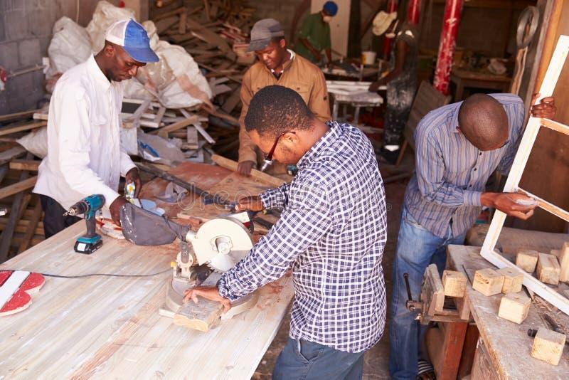 Gruppe Männer bei der Arbeit in einer Zimmereiwerkstatt, Südafrika lizenzfreie stockfotografie