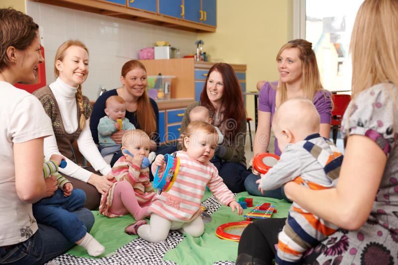 Gruppe Mütter mit Babys bei Playgroup stockfotografie