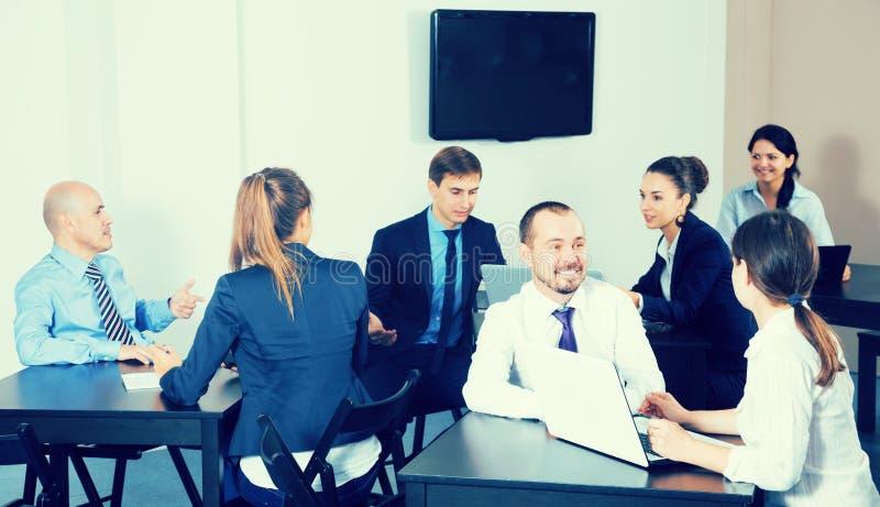 Gruppe Manager mit den Laptops, die einen produktiven Tag haben lizenzfreie stockfotos