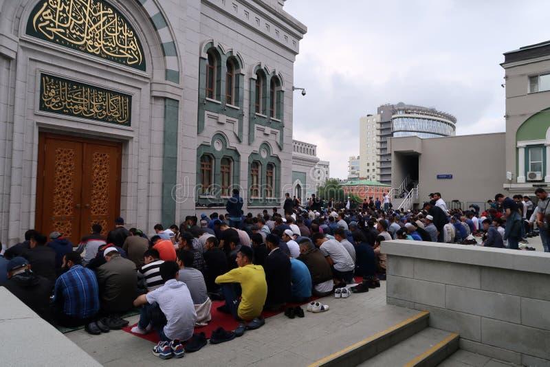 Gruppe Mannleute beten äußere Moschee lizenzfreie stockbilder