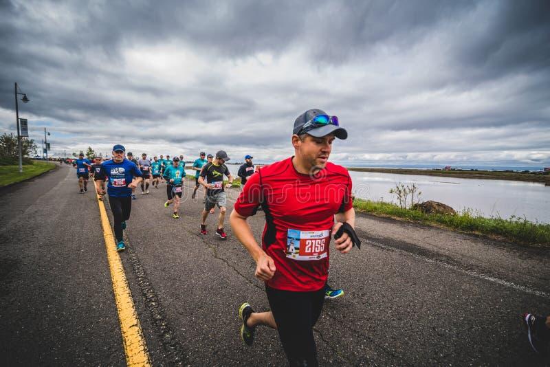 Gruppe Marathoners gleich nach der Anfangszeile lizenzfreie stockfotos