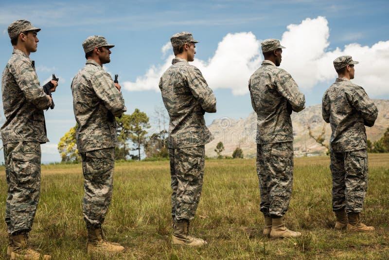 Gruppe Militärsoldaten, die mit Gewehren stehen stockfotos