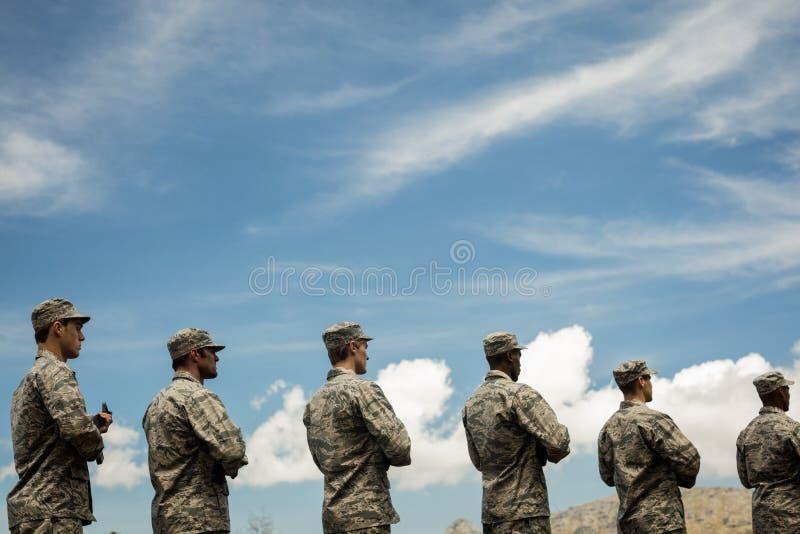Gruppe Militärsoldaten, die mit Gewehren stehen stockfotografie