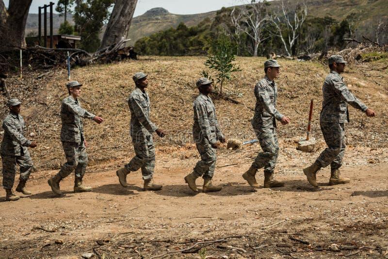 Gruppe Militärsoldaten in einer Schulungseinheit stockbild