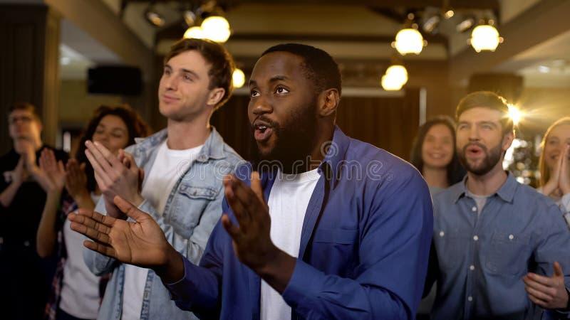 Gruppe Mischrassefans, die Hände, freuenden Sieg der Nationalmannschaft klatschen stockfoto