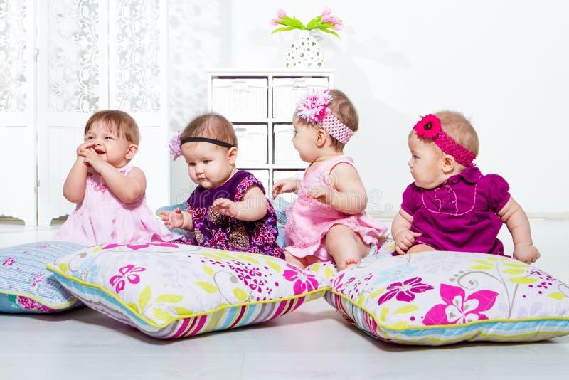 Gruppe mit vier kleinen Mädchen stockbilder