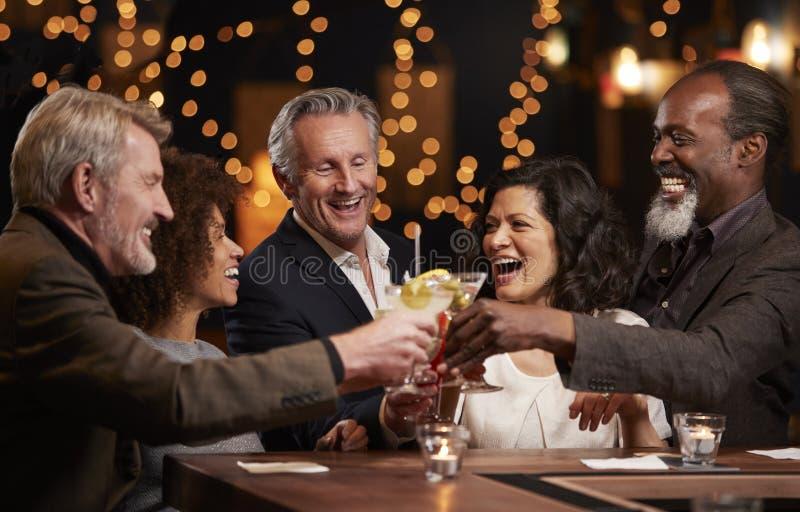 Gruppe Mitte gealterte Freunde, die zusammen in der Stange feiern lizenzfreies stockfoto