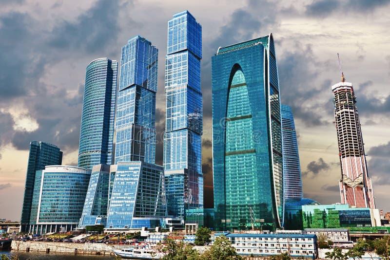 Gruppe moderne hohe Gebäude lizenzfreies stockbild
