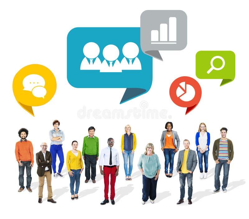 Gruppe multiethnische bunte Leute mit Geschäfts-Symbolen stockbilder